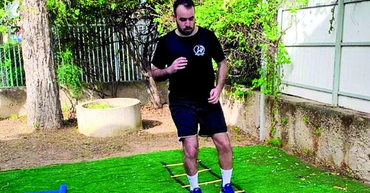 ברק עמר מתאמן בחצר ביתו