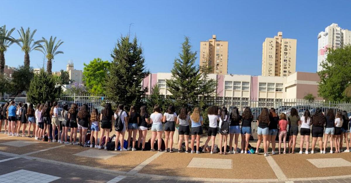 """""""לא הכניסו אותנו לבית הספר"""". מחאת המכנסיים, היום"""