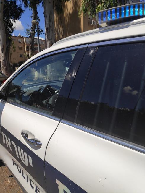 השלכת אבנים על ניידת משטרה