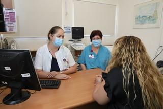 """ד""""ר פטרוסב ונורית אריאל עם מטופלת במרפאה"""