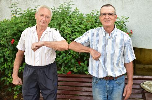 נפרדו בחיבוק. מנדי הראל (מימין) וישראל פינקלשטיין