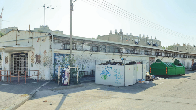פגיעה בהולכי הרגל ובמשתמשי התחבורה הציבורית. המבנה בשד' ירושלים