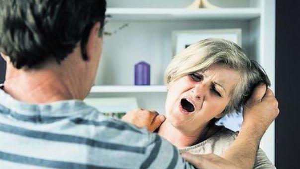 תקף את אמו
