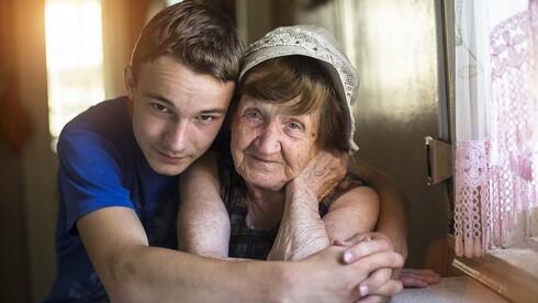 נותנים יד לשורדי השואה