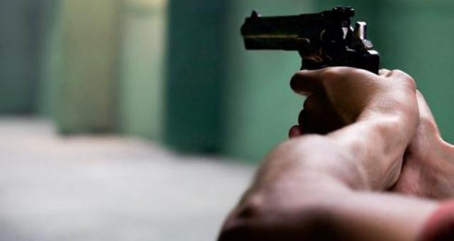 שלף אקדח, ירה ולא פגע