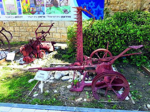 """בחצר של מוזיאון בית פישר. יח""""צ"""