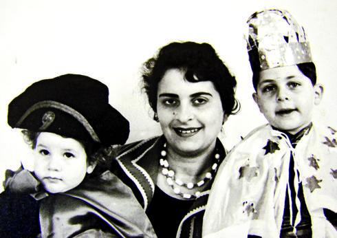 מריבה והתפייסות. עם אמו ואחותו בילדותם | צילום מהאלבום המשפחתי