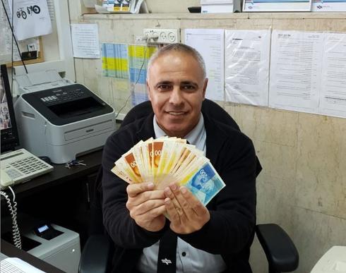 מנהל תחנת נתניה חיים מורד עם האבידה | צילום: דוברות רכבת ישראל
