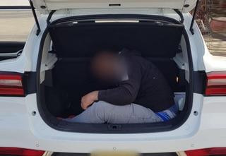 שוהה בלתי חוקי בניסיון הברחה ברכב | צילום: דוברות המשטרה מגב