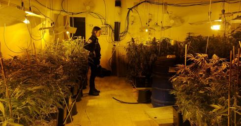 שוטרת במעבדה שהתגלתה בגיל עמל | צילום: דוברות המשטרה