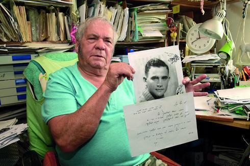 יעקב רגב עם המכתב על מותו של דודו, יהושע רוגצ'בסקי. צילום: נחום סגל