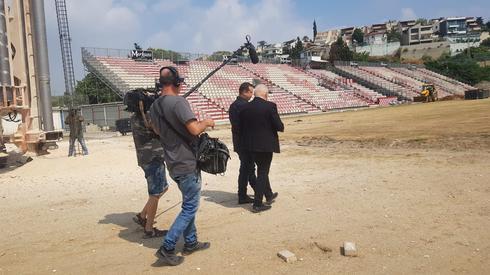 ראש העיר רונן פלוט עורך סיור לכתב הטלוויזיה בן העיר דורון הרמן (צילום: דוברות עיריית נצרת עילית)