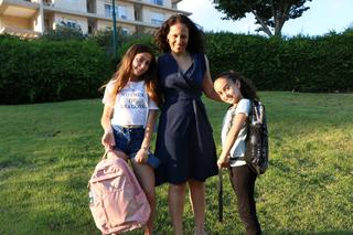 """הבנות נועה ותמר והאמא חמוטל חי מוכנות לביה""""ס. צילום פרטי"""